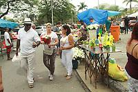 RIO DE JANEIRO, RJ, 02.11.2015 - FINADOS-RJ - Movimentação de visitantes no Cemitério de Irajá na zona norte do Rio de Janeiro, nesta segunda-feira (02), Dia de Finados. (Foto: Celso Barbosa/Brazil Photo Press)
