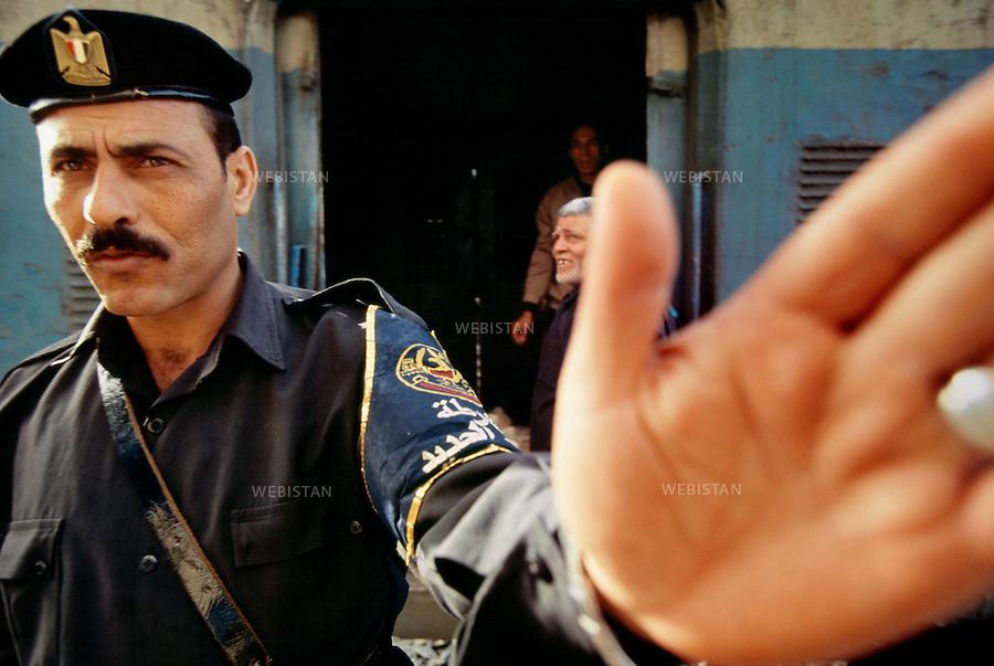 Egypt, 2006<br />On the crowded quay of Ramses station, a security guard regulates the flow of passengers. <br />This photo was shot during a reportage on the city of Cairo for National Geographic Magazine.<br /><br />Egypte, 2006<br />Sur le quai bond&eacute; de la gare de Rams&egrave;s, un agent de s&eacute;curit&eacute; r&eacute;gule le flot de voyageurs. <br />Image prise dans le cadre d'un reportage sur le Caire pour le National Geographic magazine.