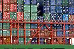 ROTTERDAM - Op de Maasvlakte ligt een containerschip bij containerterminal ECT aangemeerd om te worden gelost en geladen. ANP PHOTO COPYRIGHT TON BORSBOOM