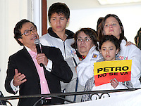 BOGOTÁ -COLOMBIA. 09-12-2013. Gustavo Petro, Alcalde de Bogotá, Colombia, se dirige al público después de ser destituido por la Procuraduría General de La Nación e inhabilitado por 15 años para ejercer puestos públicos. Cientos de manifestantes se congregaron en la Plaza de Bolívar frente al Palacio de Lévano para rechazar la decisión que deja a la capital de Colombia sin gobernante./ Gustavo Petro Mayor of Bogota D.C., Colombia, speaks to the crowd after being removed by the Attorney General of the Nation and disqualified for 15 years to perform public office. Hundreds of supporters of Mayor gathered at the Simon Bolivar square in front of Lievano Palace to protest for the decision . Photo: VizzorImage/ Felipe Caicedo / Staff