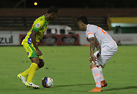 NEIVA - COLOMBIA, 28-10-2018: Carlos Riascos (Izq) del Atlético Huila disputa el balón con Nicolas Giraldo (Der) del Envigado F.C. durante partido por la fecha 17 de la Liga Águila II 2018 jugado en el estadio Guillermo Plazas Alcid de la ciudad de Neiva. / Carlos Riascos (L) player of Atletico Huila fights for the ball with Nicolas Giraldo (R) player of Envigado F.C. during match for the date 17 of the Aguila League II 2018 played at Guillermo Plazas Alcid in Neiva city. VizzorImage / Sergio Reyes / Cont
