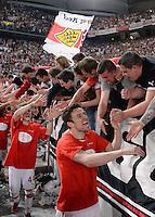 FUSSBALL  DFB-POKAL  HALBFINALE  SAISON 2012/2013    VfB Stuttgart - SC Freiburg    17.04.2013 SCHLUSSJUBEL VfB Stuttgart, Christian Gentner (Mitte unten) klatscht VfB Fans nach dem Spiel ab