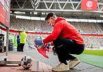 nph00351: Fussball, 1. Bundesliga, Saison 19/20, 26. Spieltag, Fortuna Düsseldorf - FC Paderborn 07, 16.05.2020: Ein Balljunge desinfiziert einen Spielball.<br /> <br /> Foto: Moritz Müller/Pool / Verbreitung via Meuter/nordphoto<br /> <br /> Nur für journalistische Zwecke! Only for editorial use!<br /> <br /> Gemäß den Vorgaben der DFL Deutsche Fußball Liga ist es untersagt, in dem Stadion und/oder vom Spiel angefertigte Fotoaufnahmen in Form von Sequenzbildern und/oder videoähnlichen Fotostrecken zu verwerten bzw. verwerten zu lassen. DFL regulations prohibit any use of photographs as image sequences and/or quasi-video.