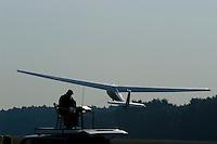 K 8: EUROPA, DEUTSCHLAND, HAMBURG 24.09.2005:Bundesjugendvergleichsfliegen 2005 in Hamburg Boberg, Segelflugzeug, K 8 im Windenstart, der Startleiter beobachtet den Windenstart