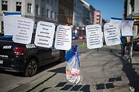 """Corona-Krise, Hilfe fuer Obdachlose.<br /> Menschen in Berlin haben fuer Obdachlose """"Spenden- und Gabenzaeune"""" eingerichtet. Dort haengen sie Bekleidung und haltbare Lebensmittel auf, die sich Obdachlose mitnehmen koennen.<br /> Im Bild: Hundefutter an einem Spendenzaun in Berlin-Kreuzberg.<br /> 24.3.2020, Berlin<br /> Copyright: Christian-Ditsch.de<br /> [NUR FUER REDAKTIONELLE ZWECKE! Werbung nur auf Anfrage beim Fotografen. Inhaltsveraendernde Manipulation des Fotos nur nach ausdruecklicher Genehmigung des Fotografen. Vereinbarungen ueber Abtretung von Persoenlichkeitsrechten/Model Release der abgebildeten Person/Personen liegen nicht vor. NO MODEL RELEASE! Don't publish without copyright Christian-Ditsch.de, Veroeffentlichung nur mit Fotografennennung, sowie gegen Honorar, MwSt. und Beleg. Konto: I N G - D i B a, IBAN DE58500105175400192269, BIC INGDDEFFXXX, Kontakt: post@christian-ditsch.de<br /> Bei der Bearbeitung der Dateiinformationen darf die Urheberkennzeichnung in den EXIF- und  IPTC-Daten nicht entfernt werden, diese sind in digitalen Medien nach §95c UrhG rechtlich geschuetzt. Der Urhebervermerk wird gemaess §13 UrhG verlangt.]"""
