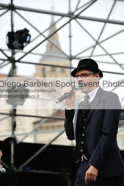 (KIKA) - TORINO, 25/04/2012 - Il conduttore radiofonico Master Mixo presenta il concerto per la commemorazione del 25 Aprile in piazza Castello a Torino, il 25 aprile 2012.