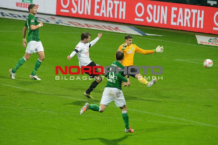 04.11.2012, Weser Stadion, Bremen, GER, 1.FBL, Werder Bremen vs 1. FSV Mainz 05, im Bild<br /> <br /> nach einem verungl&uuml;ckten R&uuml;ckpass von Sebastian Pr&ouml;dl / Proedl (Bremen #15) riskiert Sebastian Mielitz (Bremen #1) alles und kl&auml;rt vor Andreas Ivanschitz (Mainz #25)<br /> Foto &copy; nph / Kokenge *** Local Caption ***