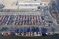 4415/CTA: EUROPA, DEUTSCHLAND, HAMBURG  22.01.2006  Container Terminal Altenwerder. Der Weg eines Containers durch das CTA. Im Vordergrund liegt das Containerschiff am Pier. Rechts und links befinden sich Feeder Schiffe zum weitertransport z.B. in die Ostsee. In der Mitte das Containerlager dahinter die Verladung auf LKW. Am oberen Bildrand Bahnverladung und oben das Logistik Zentrum. Rechts im Bild Verwaltung und die Zufahrt..