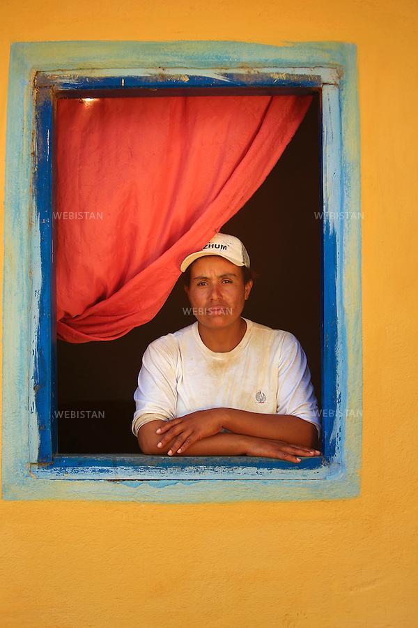 Bresil, etat Minas Gerais, Muzambinho (Nord de Sao Paulo), 30 octobre 2012.<br /> <br /> Fazenda (ferme, exploitation de cafe) Nossa Senhora da Aparecida  ( Notre-Dame de l&rsquo;Apparition ), membre du programme Nespresso AAA&nbsp; : portrait d'une ouvriere agricole a sa fenetre.<br /> La fazenda possede des logements, petites maisons ouvrieres situees dans l'enceinte de la propriete, qu'elle met a la disposition de ses ouvriers.<br /> Reportage les Chants de cafe_soul of coffee, realise sur les acteurs terrain du programme de developpement durable Triple AAA de Nespresso.<br /> <br /> <br /> Brazil, Minas Gerais, Muzambinho, (North of Sao Paulo), October 30, 2012 <br /> <br /> Fazenda (a coffee farm within a plantation), Nossa Senhora da Apareida (Our Lady of Aparecida), a member of the Nespresso AAA program: A portrait of a farm laborer at her window. The fazenda owns small houses on the property that are available to the workers. <br /> Assignment: les Chants de cafe_ Soul of Coffee, implemented on the fields of Nespresso&rsquo;s AAA Sustainable Quality Program.