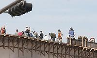 Apesar de los rumores del lento desarrollo del puente de Luis Encinas y Pino Suarez toda una cuadrilla de  trabajadores de encontraban laborando hoy en el