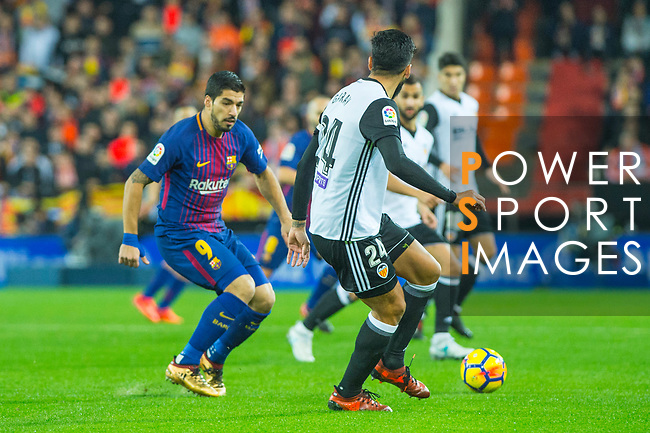 Luis Alberto Suarez Diaz of FC Barcelona competes for the ball with Ezequiel Garay of Valencia CF (r) during the La Liga 2017-18 match between Valencia CF and FC Barcelona at Estadio de Mestalla on November 26 2017 in Valencia, Spain. Photo by Maria Jose Segovia Carmona / Power Sport Images