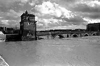 Roma Febbraio 1986.Il Tevere in piena  a ponte Milvio.Rome, February 1986.The river Tiber in flood at Ponte Milvio.