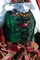 Oesterreich, Salzburger Land, Salzburg: Schaufensterauslage in der Getreidegasse, Dirndl, Tracht | Austria, Salzburger Land, Salzburg: display window  at Getreidegasse showing a traditional costume, Dirndl dress