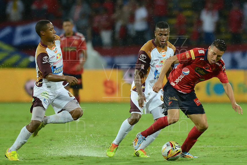 MEDELLÍN -COLOMBIA-08-12-2014. John Hernandez (Der) jugador de Independiente Medellín disputa el balón con un jugador de Deportes Tolima durante partido por la fecha 5 de los cuadrangulares semifinales de la Liga Postobón II 2014 jugado en el estadio Atanasio Girardot de la ciudad de Medellín./ John Hernandez (R) player of Independiente Medellin fights for the ball with two players of Deportes Tolima during the match for the  5th date of the semifinal quardrangular of Postobon League II 2014 at Atanasio Girardot stadium in Medellin city. Photo: VizzorImage/Luis Ríos/STR
