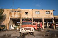Feuerwehr in Qamishli, Rojava/Syrien.<br /> Von sieben Feuerwehr-Fahrzeugen die der YPG-Regierung in Qamishli zur Verfuegung stehen, ist nur eines funktionstuechtigt. Fuenf Fahrzeuge sind mit vorhandenen Mitteln nicht zu reparieren - Motorschaden, unbenutzbare Fahrerkabinen, defekte Stromleitungen.<br /> Zusaetzlich zumden Augaben der Feuerwehr muessen die 12 Feuerwehrmaenner - je 3 von ihnen arbeiten in 24-Stundenschichten - auch noch Wasser in Stadtteile ohne Wasserversorgung verteilen.<br /> Im Bild: Die Feuerwache von Qamishli.<br /> 15.12.2014, Qamishli/Rojava/Syrien<br /> Copyright: Christian-Ditsch.de<br /> [Inhaltsveraendernde Manipulation des Fotos nur nach ausdruecklicher Genehmigung des Fotografen. Vereinbarungen ueber Abtretung von Persoenlichkeitsrechten/Model Release der abgebildeten Person/Personen liegen nicht vor. NO MODEL RELEASE! Nur fuer Redaktionelle Zwecke. Don't publish without copyright Christian-Ditsch.de, Veroeffentlichung nur mit Fotografennennung, sowie gegen Honorar, MwSt. und Beleg. Konto: I N G - D i B a, IBAN DE58500105175400192269, BIC INGDDEFFXXX, Kontakt: post@christian-ditsch.de<br /> Bei der Bearbeitung der Dateiinformationen darf die Urheberkennzeichnung in den EXIF- und  IPTC-Daten nicht entfernt werden, diese sind in digitalen Medien nach §95c UrhG rechtlich geschuetzt. Der Urhebervermerk wird gemaess §13 UrhG verlangt.]