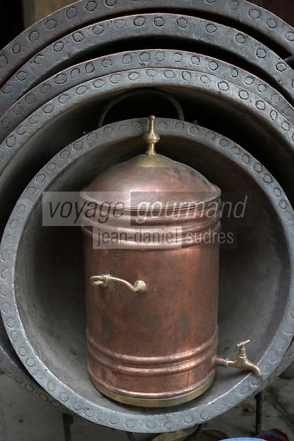 Afrique/Afrique du Nord/Maroc/Fèz: Dans la médina de Fèz-El-Bali place Seffarine quartier des chaudronniers détail chaudrons et fontaine en cuivre