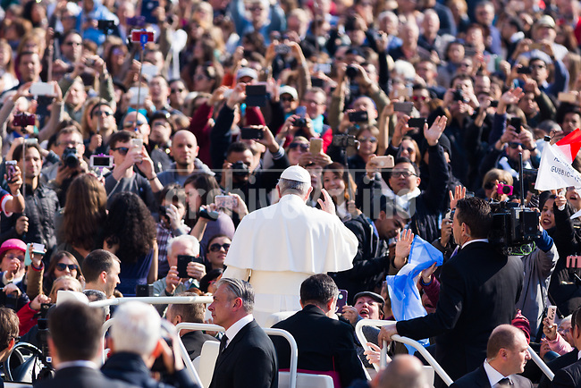 """Rome, Italy, 5 april 2017.""""Mafiosi think they can defeat evil with evil, so they seek revenge and do the things we all know about, but they do not know what humility, mercy and gentleness are. This is because Mafiosi do not have hope. Think about this!"""". Pope Francis made these off-the-cuff remarks in front of a crowd of over 15,000 faithful present in St Peter's Square today."""