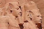 Taillé a même la falaise au XIII e siecle avant J.C., les grands temples d'Abou Simbel ont ete demonte et remonte  dans les annees 60 par l'Unesco pour les proteger de la montee des eaux du lac Nasser. Colosses de Ramses II