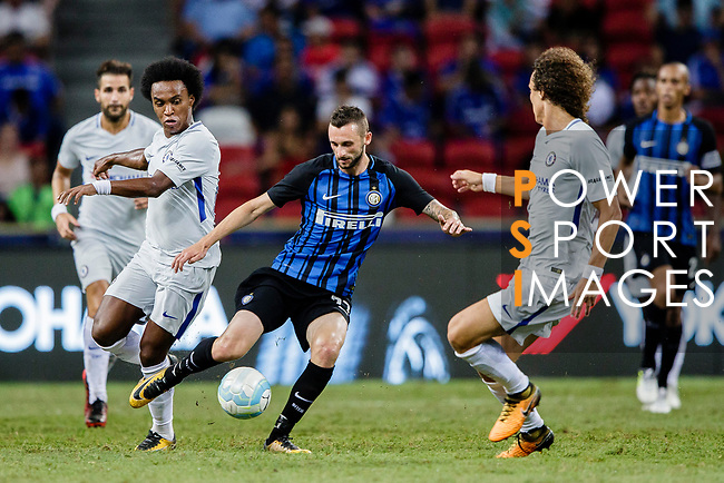 FC Internazionale Midfielder Marcelo Brozovic (C) fights for the ball with Chelsea Midfielder Willian da Silva (L) during the International Champions Cup 2017 match between FC Internazionale and Chelsea FC on July 29, 2017 in Singapore. Photo by Marcio Rodrigo Machado / Power Sport Images