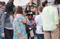 SÃO PAULO,SP, 20.08.2015 - ACIDENTE-SP - Familiares de vitima de explosão  em restaurante na rua Fábia no bairro da Lapa região oeste de São Paulo na tarde desta quinta-feira (20). Segundo informações preliminares um vazamento de gás causou o acidente e uma mulher que trabalhava no local não resistiu aos ferimentos e morreu no local. A Defesa Civil interditou o local. (Foto: Marcio Ribeiro / Brazil Photo Press)
