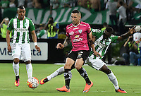 MEDELLÍN -COLOMBIA-27-07-2016. Marlos Moreno (Der) jugador de Atlético Nacional de Colombia disputa el balón con Christian Nuñez (Izq) jugador de Independiente del Valle de Ecuador durante partido de vuelta por la final de la Copa Bridgestone Libertadores 2016 jugado en el estadio Atanasio Girardot de la ciudad de Medellín. / Marlos Moreno (R) player of Atletico Nacional of Colombia fights for the ball with Christian Nuñez (L) player of Independiente del Valle of Ecuador during second leg match for the final of the Copa Bridgestone Libertadores 2016 played at Atanasio Girardot stadium in Medellin city. Photo: VizzorImage/ Alejandro Rosales