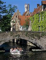 Belgium, West-Flanders, Bruges: Tour boat travelling along canal in the old centre, the Belfry at background | Belgien, Westflandern, Provinzhauptstadt Bruegge: Bootsrundfahrt durch die Altstadt, im Hintergrund der Belfried, der Glockenturm des Rathauses