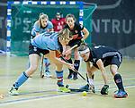 Almere - Zaalhockey  Amsterdam-HGC (v) .    Joy Haarman (A'dam)  met Lisa Harteveld (HGC)   TopsportCentrum Almere.    COPYRIGHT KOEN SUYK