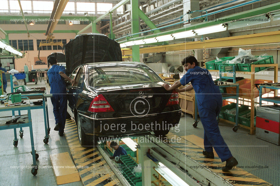 INDIA Pune, Daimler Benz factory, assembly plant for luxury cars Mercedes Benz of E and C class / INDIEN Pune, Daimler Benz Automobilwerk, Montage von Mercedes Benz Limousinen der E und C Klasse