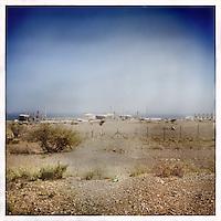 """Usine de liquéfaction du gaz naturel.<br /> <br /> Lire l'article dans la revue de géopolitique Diploweb:<br /> http://www.diploweb.com/Geopolitique-d-Oman.html<br /> Le FERAM (Forum d'Echanges et de Rencontres Administratifs Mondiaux):<br /> http://www.feram.org/page.asp?ref_arbo=2613&ref_page=11044<br /> Le GERM (Groupe d'Etudes et de Recherches sur les Mondialisations):<br /> http://www.mondialisations.org/php/public/art.php?id=39387&lan=FR<br /> En Grèce, dans la revue Anixneuseis:<br /> http://www.anixneuseis.gr/?p=140527<br /> La revue des idées, Fondation Jean Jaures, n°643, 08/03/2016, http://newsletter.jean-jaures.org/2016/0308/ri643/ri.html<br /> Le Petit Futé :<br /> https://www.petitfute.com/p175-oman/guide-touristique/c7253-histoire.html et https://www.petitfute.com/p175-oman/guide-touristique/c7256-politique-et-economie.html<br /> En source  http://www.iris-france.org/80834-oman-une-autre-geopolitique-dans-le-monde-arabe/<br /> <br /> """"Discret, le sultanat d'Oman devient un acteur à considérer. En quoi ses choix politiques, passés et présents, impactent-ils la région et son territoire ? La société qui les porte est-elle aussi stable que son image aimerait nous le faire croire ? A. Mouthon présente une solide étude, appuyée sur un terrain, illustré d'une carte et de photographies"""". Diploweb-2016"""