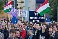 UNGARN, 01.05.2017, Budapest - XIV. Bezirk. Grossdemonstration fuer Europa und gegen den wachsenden Einfluss Russlands auf Initiative der neuen linksliberalen Partei Momentum. &ndash;Abschlusskundgebung auf dem Heldenplatz. Man bittet um &quot;Anschluss&quot; an die EU... | Mass demonstration in favour of Europe and against Russia's growing influence, initiated by the newly founded left-liberal party Momentum. -The final manifestation on Heroes square. People calling for an &quot;anschluss&quot; of Hungary to the EU (annexation of Austria by Nazi Germany in 1938).<br /> &copy; Martin Fejer/EST&amp;OST