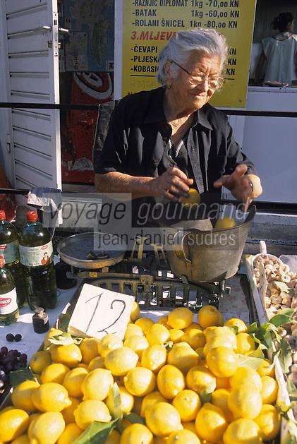 Europe/Croatie/Dalmatie/Split: Agricultrice vendant ses citrons sur le marché