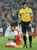 BOGOTÁ-COLOMBIA-03-04-2014. Saul Laverni, arbitro, interactua con Wilder Medina de Santa Fe durante el partido de vuelta entre Independiente Santa Fe de Colombia y Atlético Mineiro de Brasil, por la primera fase llave G4, de la Copa Bridgestone Libertadores en el estadio Nemesio Camacho El Campin, de la ciudad de Bogota. / Saul Laverni, referee, interacts with Wilder Medina of Santa Fe during the secong leg match between Independiente Santa Fe of Colombia and Atletico Mineiro of Brazil  for the first phase, G4 key, of the Copa Bridgestone Libertadores in the Nemesio Camacho El Campin in Bogota city.  Photo: VizzorImage/ Gabriel Aponte /Staff