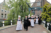 Nederland Volendam 2015 06 28. Volendammerdag. Mensen in klederdracht verlaten de kerk. <br /> The Netherlands, Volendam, 2015 06 28. People dressed in Dutch national costume