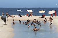 RIO DE JANEIRO, RJ, 24 FEVEREIRO 2013 - LINGUA NEGRA COPACABANA -  Uma lingua negra e vista na praia de Copacabana proximo ao posto 4 em Copacabana entre a rua Siqueira Campos e Figueiredo de Magalhaes nesse domingo 24(FOTO:LEVY RIBEIRO / BRAZIL PHOTO PRESS)