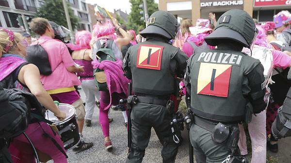 HAM21 HAMBURGO (ALEMANIA) 07/07/2017.- Agentes antidisturbios desalojan a un grupo de manifestantes disfrazados durante una protesta contra la celebración de la cumbre del G20 frente a la estación de Schlump en Hamburgo (Alemania) hoy, 7 de julio de 2017. EFE/Armando Babani