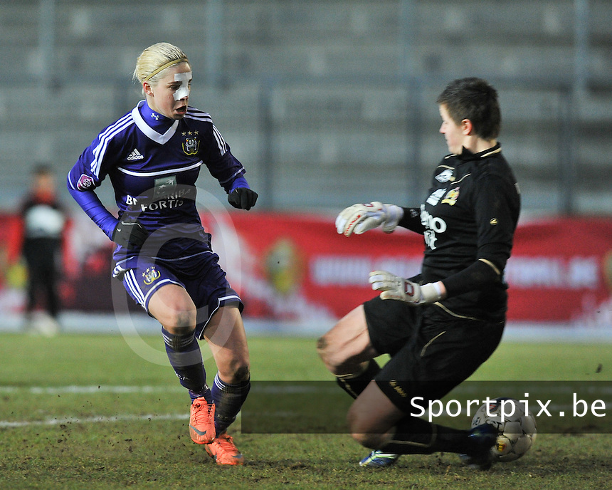 Waasland Beveren Sinaai Girls - RSC Anderlecht : Stephanie Van Gils probeert doelvrouw Anke Langeraert te omspelen.foto DAVID CATRY / Nikonpro.be