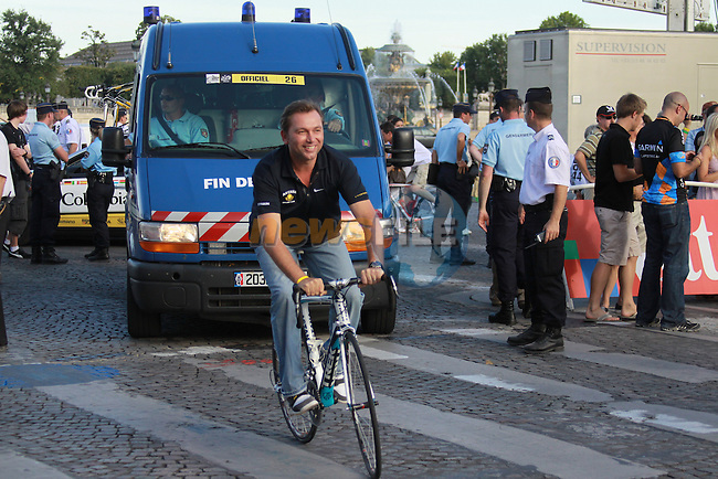 Johann Bruyneel (Astana Team Manager) has to catch up with his team for the lap of honour on the Champs Elysees after the final stage to Paris in the 2009 Tour de France, 26th July 2009 (Photo by Manus OReilly/NEWSFILE)