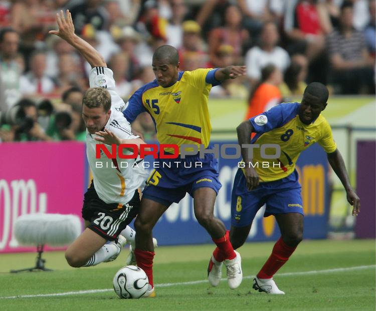 FIFA WM 2006 -  Gruppe A  Vorrunde ( Group A )<br /> Play   #33 (20-Jun) - Ecuador - Deutschland 0:3<br /> <br /> Lukas Podolski (links) von Deutschland im Zweikampf mit Marlon Ayovi (Mitte) und Edison Mendez (rechts) von Ecuador.<br /> <br /> Foto &copy; nordphoto