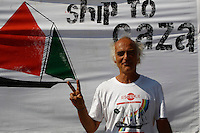 LA NAVE ESTELLE DEL MOVIMENTO FREEDOM FLOTILLA FA TAPPA NEL PORTO DI NAPOLI , PRIMA DI SALPARE PER GAZA NEL TENTATIVO DI ROMPERE L'EMBARGO ISRAELIANO E CONSEGNARE DONI E AIUTI ALLA POPOLAZIONE PALESTINESE.NELLA FOTO ALBERTO MARI.FOTO CIRO DE LUCA