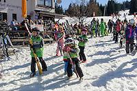 Kinder-Skischule an der Talstation der S&ouml;llereck-Bahn bei  Oberstdorf im Allg&auml;u, Bayern, Deutschland<br /> kid's ski school at Lower terminus of Sellereck cable car near Oberstdorf, Allg&auml;u, Bavaria, Germany