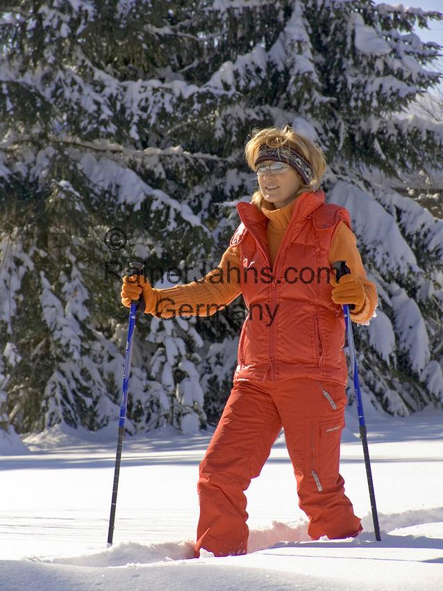 Deutschland, Frau beim Nordic Walking im Winter   Germany, woman doing nordic walking in winter