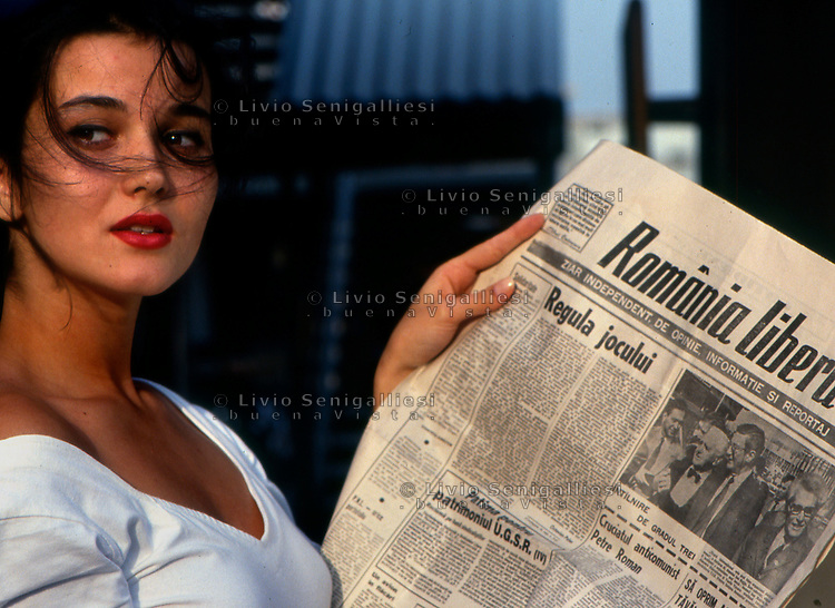Bucarest / Romania 1990.Giovane donna con giornale..Foto Livio Senigalliesi..Bucarest / Romania 1990.Young lady reading newspaper downtown Bucarest..Photo Livio Senigalliesi.