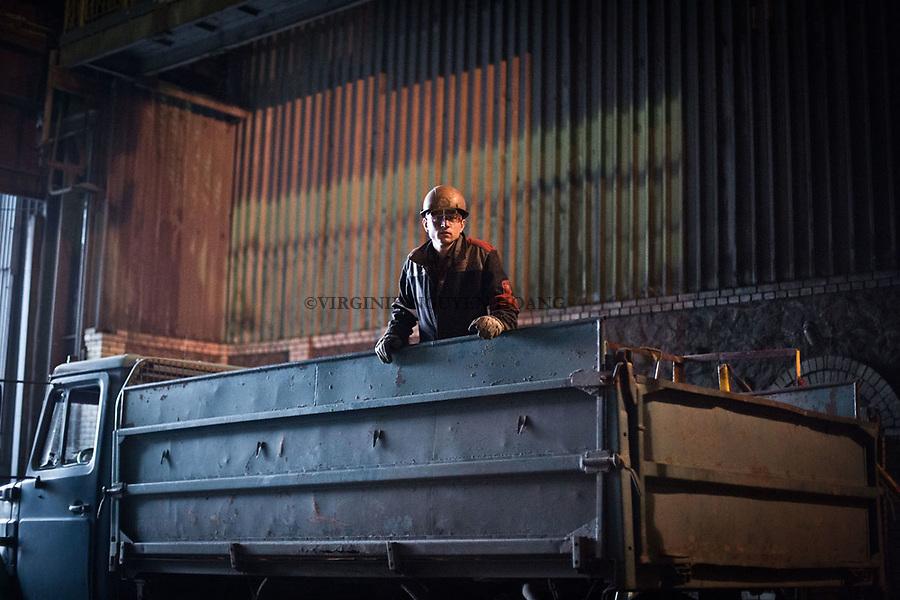 MARIUPOL, Ukraine: The transport of the material has decreased due to the rail trail destroyed by shelling. <br /> Here, a worker in a truck travelling around the factory. <br /> <br /> MARIUPOL, Ukraine: Le transport de la mati&egrave;re a diminu&eacute; en raison des rails de train d&eacute;truits par les bombardements.<br /> Ici, un travailleur dans un camion circulant dans l'usine.