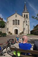 Europe/France/Midi-Pyrénées/46/Lot/Espédaillac: Cyclotouristes se reposant devant l'église