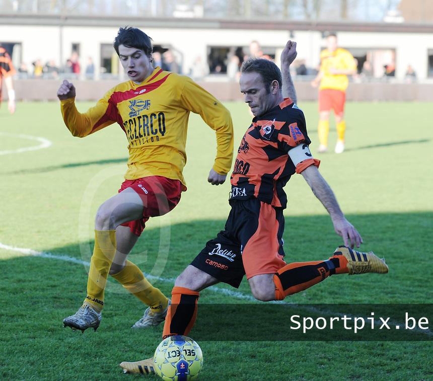 Racing Waregem - SK Deinze : Gwenny Opbrouck probeert Joeri Pardo af te blokken.foto VDB / BART VANDENBROUCKE