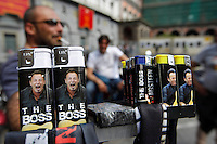 Lighter of the  Springsteen illegal  fake merchandising sold in Naples before the perfomance  of the Boss ....NAPOLI ACCENDINI SCIARPE CAPELLI E MAGLIETTE RIGOROSAMENTE FALSE VENDUTE AI  FAN DI BRUCE SPRINGSTEEN .FOTO DE LUCA.