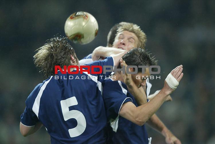 Laenderspiel EM 2004 Qualifikation<br /> Deutschland vs. Schottland 2:1<br /> Marko Rehmer (Mitte) von Deutschland im Kopfball Duell mit<br /> Steven Pressley (links) von Schottland.<br /> Foto &copy; nordphoto - Ruediger Lampe<br /> <br />  *** Local Caption *** Foto ist honorarpflichtig! zzgl. gesetzl. MwSt.<br />  Belegexemplar erforderlich<br /> Adresse: nordphoto<br /> Georg-Reinke-Strasse 1<br /> 49377 Vechta