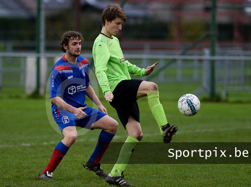 FC Moerkerke - VVC Beernem : Mathias Van Kerschaver (r) aan de bal voor Jochen Verbeke (links) <br /> Foto VDB / Bart Vandenbroucke