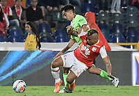 BOGOTÁ - COLOMBIA, 19-08-2017: Juan Daniel Roa (Der.) jugador de Santa Fe disputa el balón con Fabian Sambueza (Izq.) jugador del Cali durante el encuentro entre Independiente Santa Fe y Deportivo Cali por la fecha 9 de la Liga Aguila II 2017 jugado en el estadio Nemesio Camacho El Campin de la ciudad de Bogota. / Juan Daniel Roa (R) player of Santa Fe struggles for the ball with Fabian Sambueza (L) player of Cali during match between Independiente Santa Fe and Deportivo Cali for the date 9 of the Aguila League II 2017 played at the Nemesio Camacho El Campin Stadium in Bogota city. Photo: VizzorImage/ Gabriel Aponte / Staff