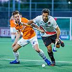 AMSTELVEEN - Valentin Verga (Adam) met Thierry Brinkman (Bldaal)  tijdens de play-offs hoofdklasse  heren , Amsterdam-Bloemendaal (0-2).    COPYRIGHT KOEN SUYK